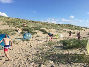 Bubble voetbal en archery tag vrijgezellenfeest op het strand in Noordwijk