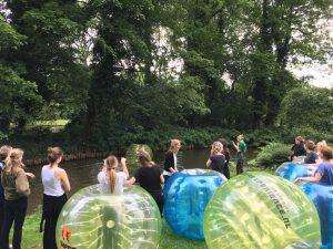 Bubbel voetballen in het Vondelpark in Amsterdam vrijgezellenfeest