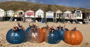 Bubble bumperball familiedag organiseren op het strand