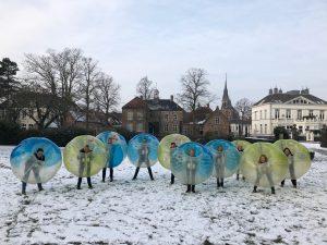 Bubble voetballen tijdens de familiedag op eigen locatie