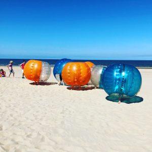 Bubbebal voetbal kinderparijtje op het strand van Scheveningen