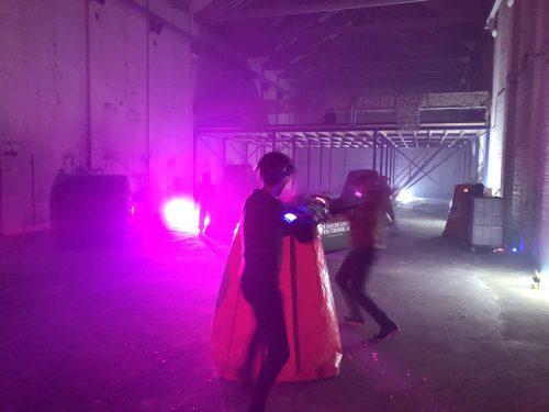 Lasergamen in het donker op locatie met obstakels en bunkers
