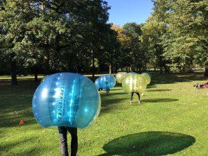 Bubbel voetballen in Utrecht in een park